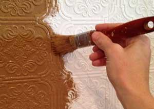 Для нанесения краски на стеклообои в углах комнаты удобно использовать кисточку
